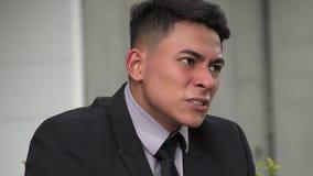 Verärgerter hübscher erwachsener hispanischer Mann stock video