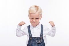 Verärgerter kleiner Junge ist bereit zu kämpfen stockfotografie