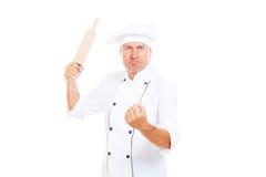 Verärgerter Koch mit Rollenstift Stockbilder