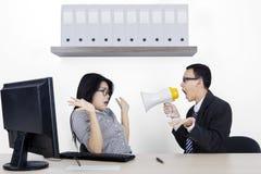 Verärgerter Manager und Sekretär mit Megaphon lizenzfreie stockbilder