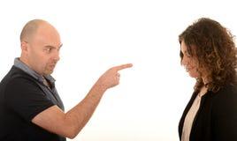 Verärgerter Mann, der auf junge Frau zeigt Stockfotos