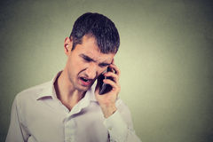 Verärgerter Mann, der am Handy schreit Lizenzfreies Stockbild
