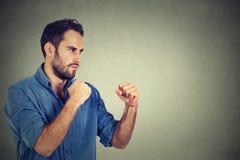 Verärgerter Mann, der seine Fäuste zusammenpreßt Stockfoto