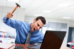 Mann, der seinen Laptop zertrümmert lizenzfreies stockfoto