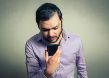 Verärgerter Mann, der am Telefon schreit Stockbild