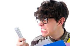 Verärgerter Mann, der telefonisch, lokalisiert auf Weiß schreit Stockfotografie