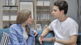 Verärgerter Mann lässt Raum nach Kampf und Argument mit Freundin, Verlobtes stock footage
