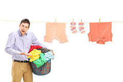 Verärgerter Mann mit Kleidung und Wäschereizeile Lizenzfreie Stockfotografie