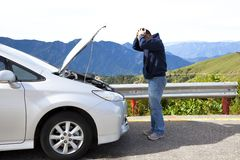 Verärgerter Mann mit Zusammenbruchauto Stockfotos