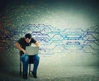Verärgerter Manninternet-Hacker, der Laptop, schreibende verschiedene Codes auf Tastatur verwendet lizenzfreie stockfotos