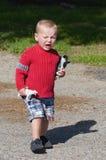 Verärgerter schreiender Junge stockfoto
