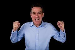 Verärgerter schreiender Geschäftsmann, der Fäuste rüttelt Stockbild