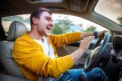 Verärgerter Signalton und Rufe des aggressiven Fahrers im Auto Lizenzfreie Stockfotografie