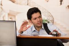 Verärgerter und müder Gast, der die Glocke des recepcionist berührt lizenzfreies stockfoto