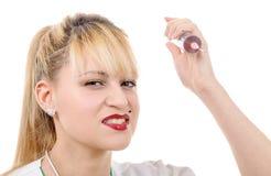Verärgerter verrückter blonder Doktor mit einer Spritze Stockfotografie