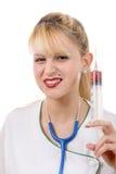 Verärgerter verrückter blonder Doktor mit einer Spritze Stockfotos
