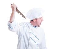 Verärgerter wütender Chef, der ein großes Messer und ein Schreien hält Lizenzfreie Stockbilder