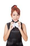 Verärgertes asiatisches Büromädchen zerknittern Papier mit beiden Hand Stockfoto