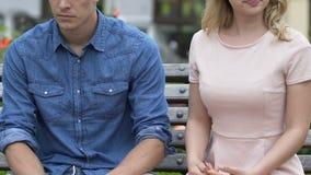 Verärgertes blondes Mädchen, das ihrem treulosen Freund einen Klaps gibt und weg geht stock footage