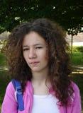 Verärgertes jugendlich mit dem lockigen Haar Stockbild