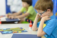 Verärgertes Kind am Kindergarten stockbilder