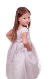 Verärgertes kleines schönes Mädchen in einem grauen Kleid. Stockfotografie