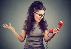Verärgertes Mädchen, das über Telefon und das Schreien spricht stockbild