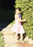 Verärgertes Mädchen im rosa Kleid Stockfoto