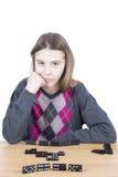 Verärgertes Mädchen mit der Hand auf ihrem Chin Waiting The Next Move ihres Rivalen lokalisiert auf Weiß lizenzfreie stockbilder