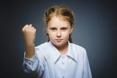 Verärgertes Mädchen mit Handoben schreien lokalisiert auf grauem Hintergrund Stockfotos