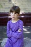 Verärgertes Mädchen sieben Jahre alte tragende blaue Kleid Stockfoto