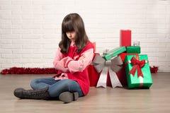 Verärgertes Mädchen am Weihnachten mit Geschenkboxen Stockbild