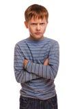 Verärgertes rastloses schlechtes Kinderdüsterer blonder Junge herein Lizenzfreies Stockfoto