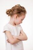 Verärgertes Stirnrunzeln des netten jugendlich Mädchens, Studioporträt lokalisiert auf weißem Hintergrund stockfoto