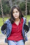 Verärgertes, trauriges jugendliches Mädchen auf Schwingen Stockbild