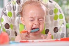 Verärgertes ungehorsames Babykind isst nicht, Fütterungsprobleme Stockbilder