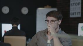 Verärgertes werfendes Dokumentenpapier des Geschäftsmannes auf vorderem Laptop der Tabelle im späten Büro stock video