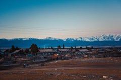 Ver berghuis bij zonsondergang stock fotografie