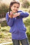 Ver de terre de fixation de jeune fille à l'extérieur photographie stock