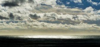 över den stormiga havsskyen Arkivbilder