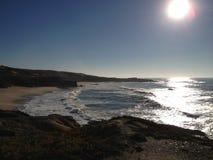 Ver die Strand door Heuvels en Duinen wordt omringd Stock Foto's