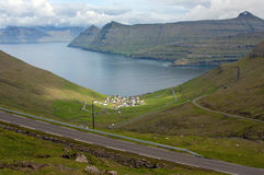 Ver dorp dat door indrukwekkende aard van de Faeröer wordt omringd Royalty-vrije Stock Foto's