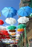 Över huvudet färgrika paraplyer Arkivbild