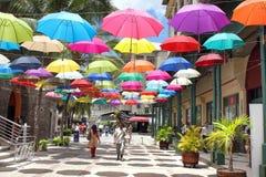 Över huvudet färgrika paraplyer, Le Caudan Strand, Mauritius Arkivbilder