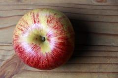 Över huvudet sikt av det röda äpplet på trä Royaltyfri Fotografi