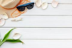 ver?o que travaling ao mar com chap?u de palha, vidros de sol, escudos na zombaria de madeira branca da opini?o superior do fundo imagens de stock