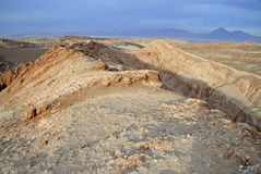 Ver, Onvruchtbaar vulkanisch landschap van Valle DE La Luna, in de Atacama-Woestijn, Chili Stock Fotografie