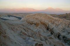 Ver, Onvruchtbaar vulkanisch landschap van Valle DE La Luna, in de Atacama-Woestijn, Chili Royalty-vrije Stock Foto's