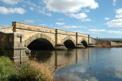 Ver*oordelen-gebouwde brug royalty-vrije stock afbeeldingen