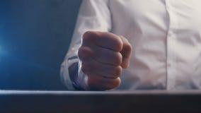 Ver?rgerter Chef schl?gt seine Faust auf dem Tisch Drohung der Gewaltt?tigkeit Chef zeigt Angriff stock video footage